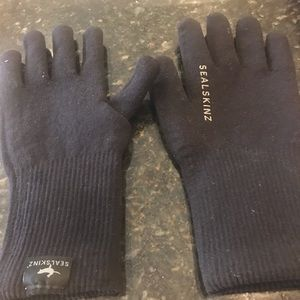 Sealskinzs lightweight waterproof black gloves.